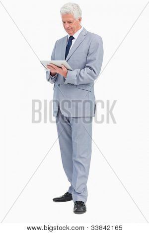 Jefe con un touch Pad contra fondo blanco
