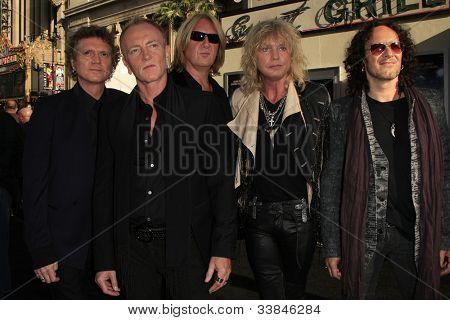 LOS ANGELES - 8 de JUN: Def Leppard em 'Rock of Ages' Los Angeles estréia realizada no Grauman Chines