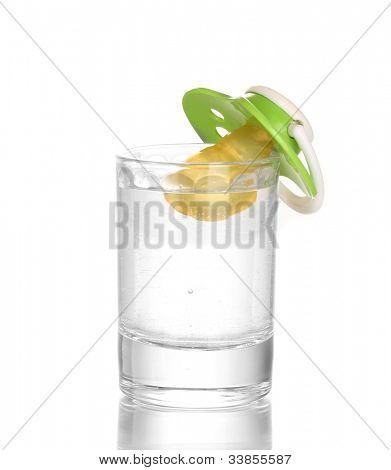 Bebê manequim com bebida isolada no branco