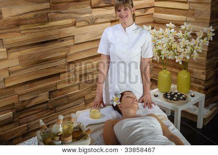 Tratamento de massagem massagista feminino dar no centro de saúde spa de luxo
