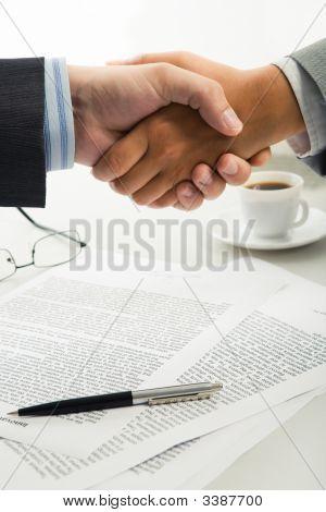 Apretón de manos sobre el lugar de trabajo