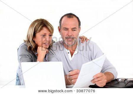 Altes Paar zu Hause deklarieren Einkommen im internet