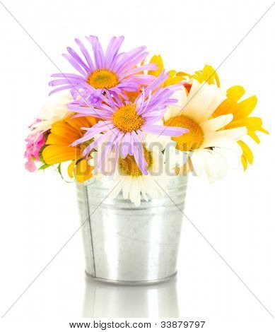 lindo buquê de flores silvestres brilhantes no balde, isolado no branco