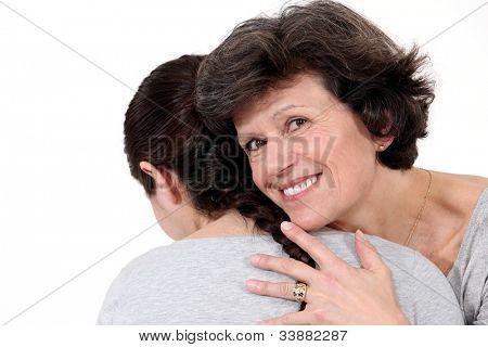 zwei Frauen umarmt