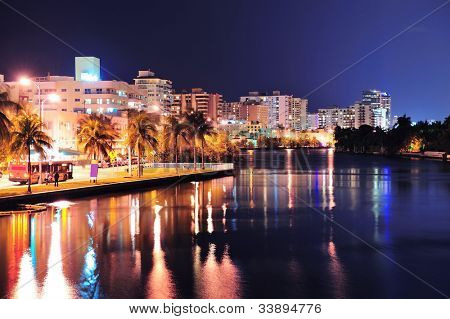 Miami South Beach street View mit Wasser Reflexionen in der Nacht