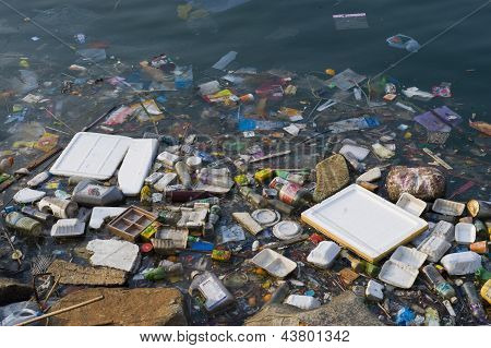 Rubbish polluting Thailand lake