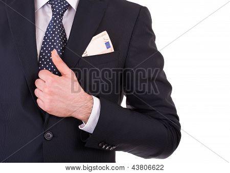 Empresario con dinero en el bolsillo del traje.