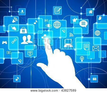 social media, comunicación en las redes informáticas mundiales. La mano empujando uno de varios botones.