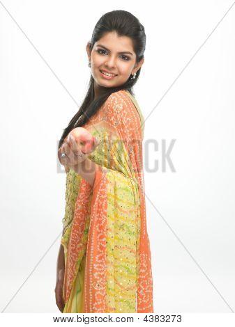 Mujer en Sari amarillo con Apple