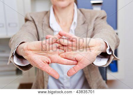 Geschäftsfrau mit Rückenschmerzen Streching in ihrem Büro
