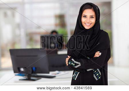 retrato de bela empresária muçulmano moderno no escritório