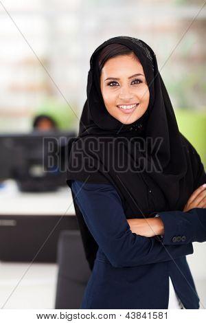 retrato de mulher de negócios muito árabe no escritório