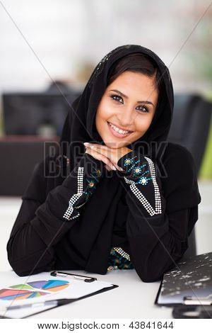 retrato de muito Arabian corporativa trabalhadora no escritório