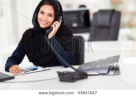 trabalhador de escritório de Arabian bonita fala no telefone