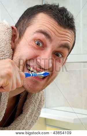 homem jovem bonito, escovar os dentes