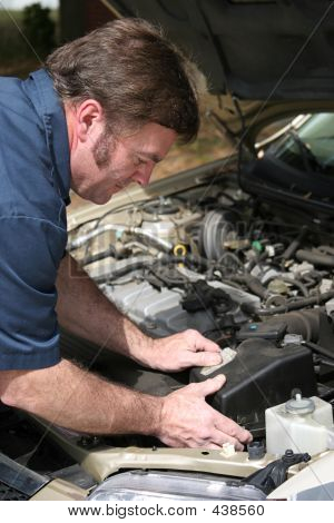 Auto-Mechaniker arbeiten