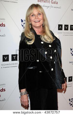 BEVERLY HILLS - 23 de MAR: Valerie Perrine en la Gala benéfica del premios de la Génesis para el 2013 en la empuñadura de Beverly