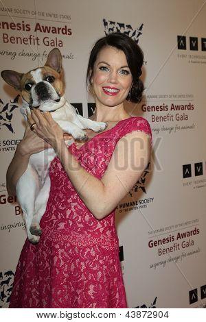 BEVERLY HILLS - Mär 23: Bellamy Young in 2013 Genesis Awards-Benefiz-Gala im Beverly Hilton