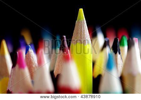 Destacando-se o conceito de multidão com lápis de cor