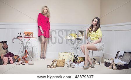 Senhoras elegantes em uma sala cheia de acessórios de moda