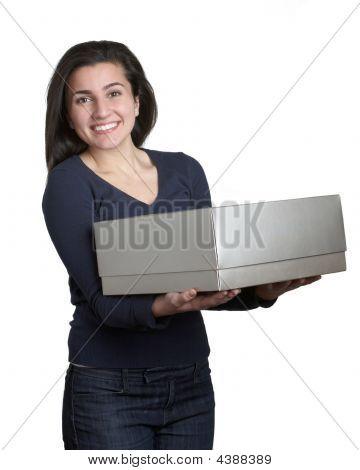 Mulher com caixa de presente