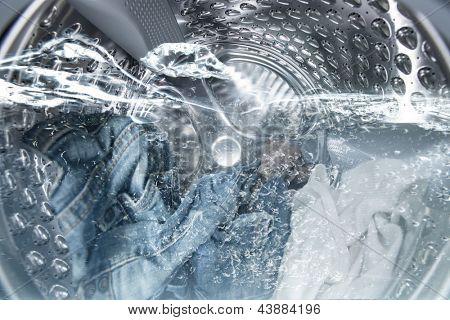 Vista interna de un tambor de la lavadora durante el lavado
