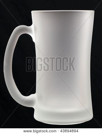 leeres Bierglas auf schwarzem Hintergrund