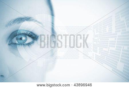 Close-up do olho da mulher em azul com base futurista mostrando abstrata padrão
