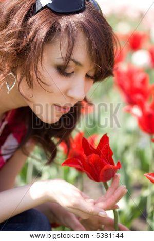 Nabídka dívka v zahradě s tulipány