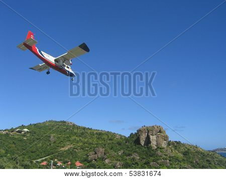 Risky plane landing at St Barts airport