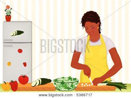 Schöne Afrikanerin Kochen frischen Salat