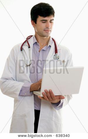 Médico de hombre con ordenador portátil