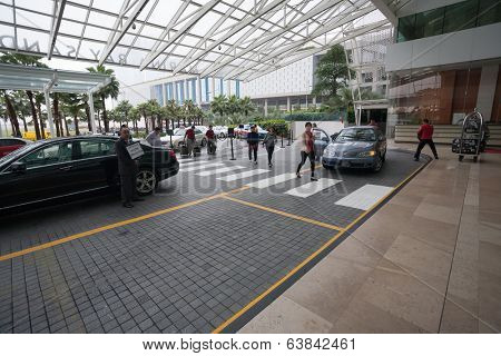 SINGAPORE - NOVEMBER 06, 2012: Guests at the main entrance to the hotel Marina Bay Sands.The hotel hall Marina Bay Sands, this hotel  one of the most luxurious hotels in the world.