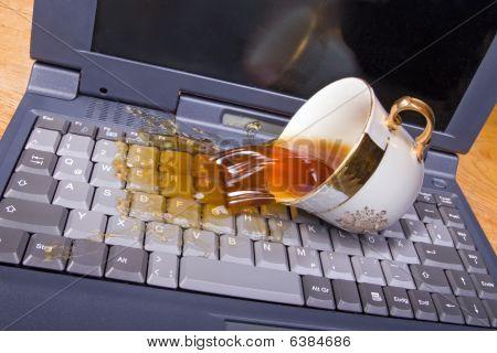 café se derrame en teclado