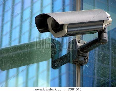 Detail der cctv-Sicherheitskamera auf Glasfassade