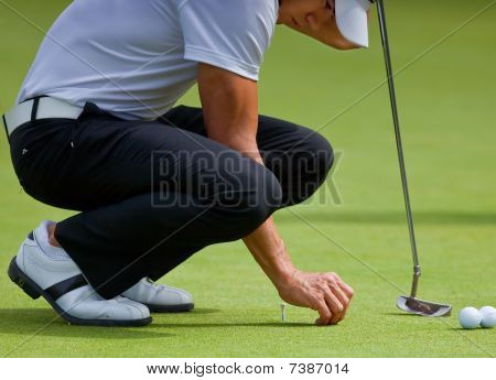 Camilo Villegas Practices His Putting