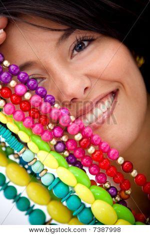 Niña con joyas coloridas