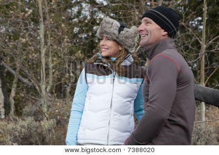 Sonriente pareja al aire libre en ropa de invierno
