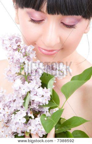 Mujer joven con flores lilas