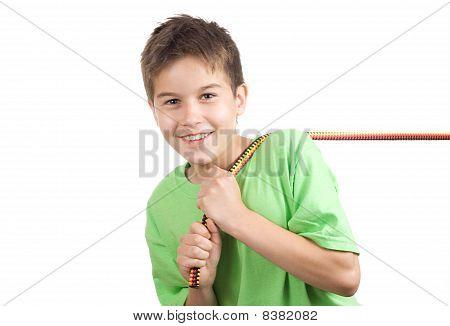 Menino puxando uma corda