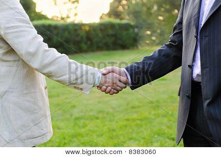 Apretón de manos de hombres