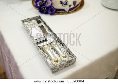 Knife and sever for cutting a wedding cake