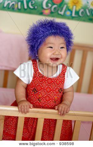 Bebê asiático com louco olhando o cabelo