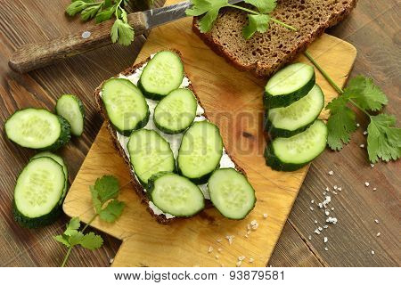 Sandwich with cream cheese, cucumber and cilantro