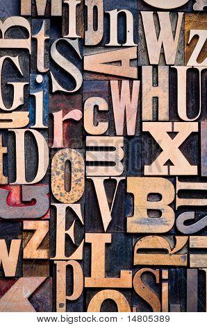 Una selección aleatoria de caracteres de tipografía de madera como fondo, al centrarse.