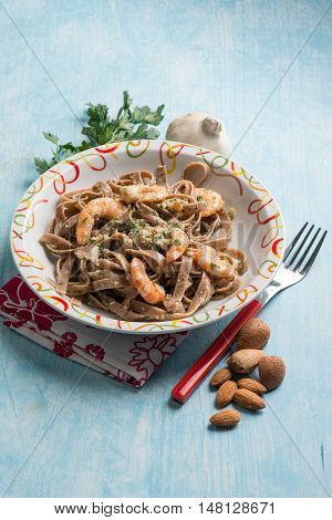 integral tagliatelle with shrimp and almond