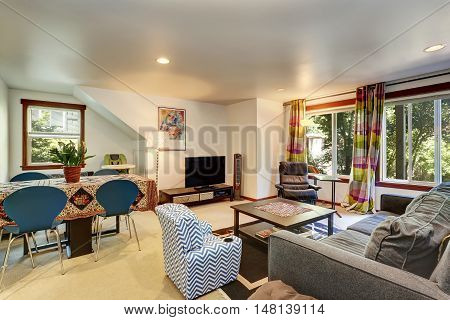 Bright Family Room Interior Connected With Dining Area