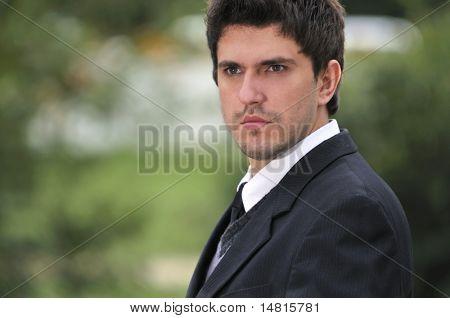 ein junger Geschäftsmann Gesicht Portrait im freien