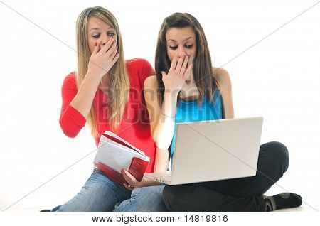 erschrocken und schockiert zwei junge Frau isoliert in laptop