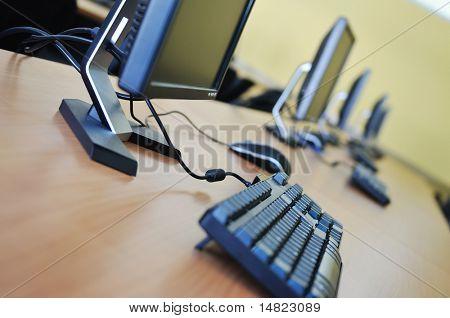 nueva computadora con monitor tft en modernas aulas en la escuela